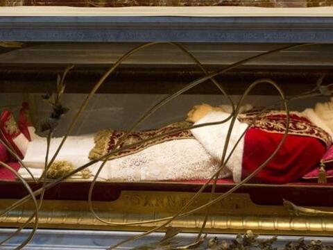 Imagen del cuerpo embalsamado del papa Juan XXIII en el interior de la b...