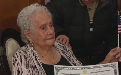 A los 99 años, esta colombiana en Queens se convierte en ciudadana estad...