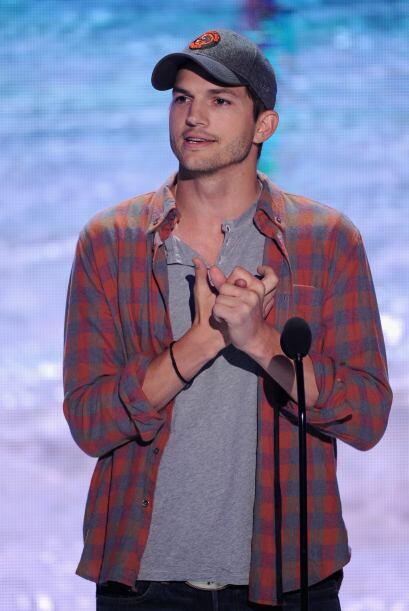 Ashton Kutcher durante su emotivo discurso.  Mira aquí lo último en chis...
