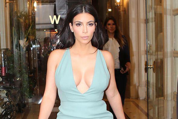 Kim no podía faltar en el Fashion Week de París, Mira aquí los videos má...