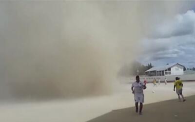 La espectacular nube de arena que obligó a detener un partido de fútbol...