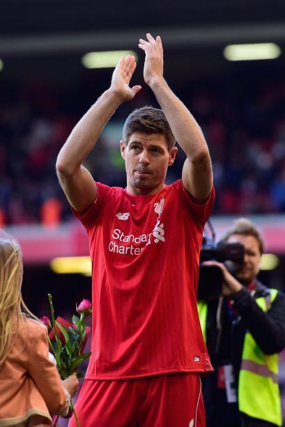 Gerrard levantó los brazos en alto para aplaudir a su afición como hacía...