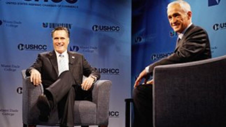 El precandidato presidencial Mitt Romney junto al periodista Jorge Ramos...