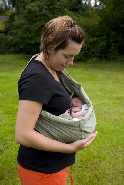 Un beneficio innegable de cargar a tu bebé en cabestrillo es la c...