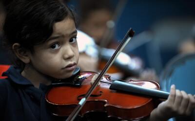 ¿Cómo ayuda la música a los niños?