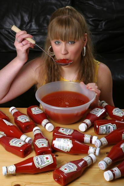 Ella le pone este condimento en todos sus alimentos, en ensaladas y carn...