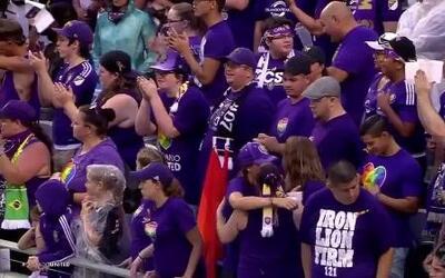 Aficionados de Orlando City SC le rinden homenaje a las víctimas de Orlando