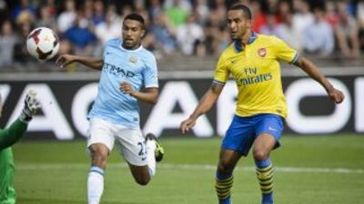 Theo Walcott anota su gol ante Manchester City.