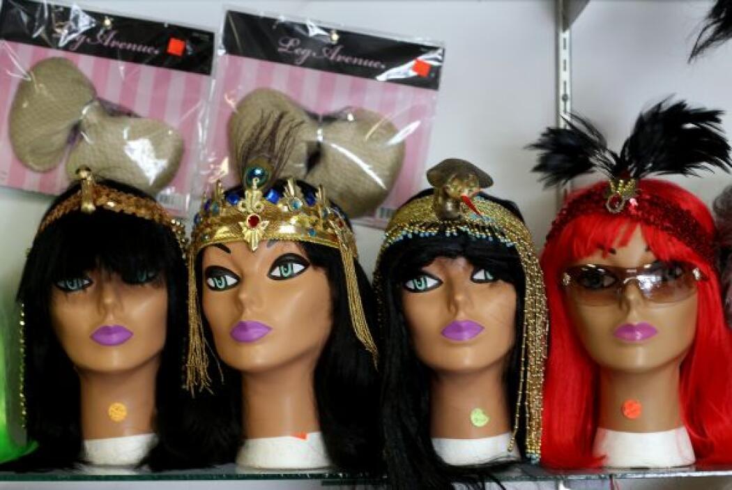 Miles de accesorios como pelucas, antifaces, máscaras y plumas también e...