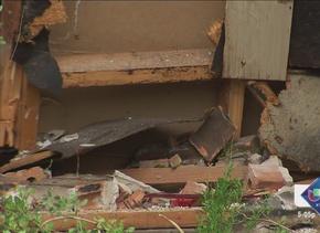 Camioneta atravesada en una casa tras choque