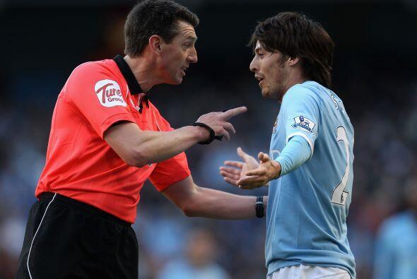 El árbitro regañaba al 'Chino' Silva.