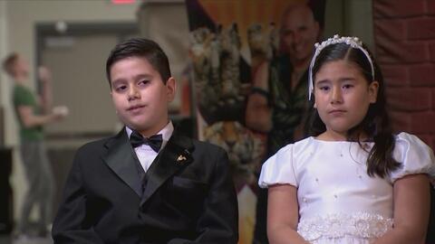 Hijos de cirqueros reciben el sacramento de la primera comunión mientras...