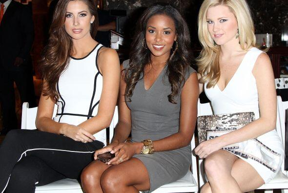Las otras reinas de belleza también apoyaron en primera fila a su...