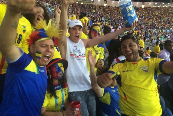 A pesar de que el gol no llegó, las porras y los cantos estuvieron espec...