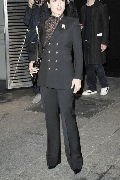 Con este look la actriz se lleva las palmas de oro. Salma hizo uso de un...