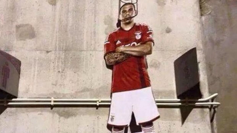 Una fotografía del futbolista apareció colgado en las inmediaciones del...