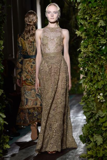 Muchos de los vestidos presentaron detalles como espigas y flores con la...