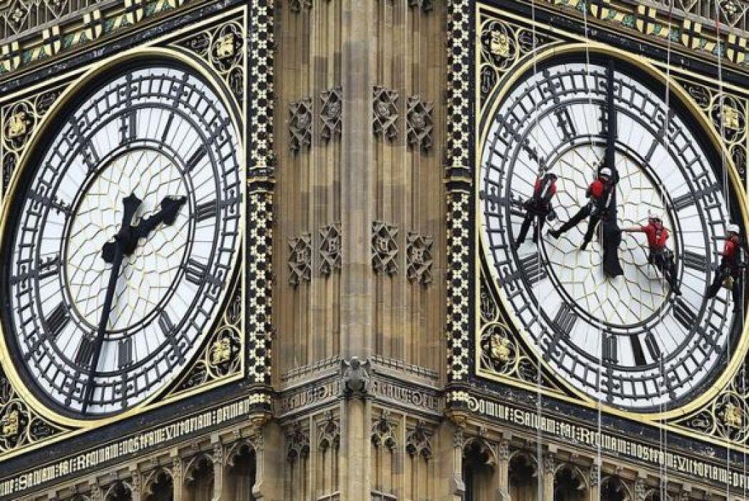 Los miles de turistas que cada día se acercan al Palacio de Westminster,...