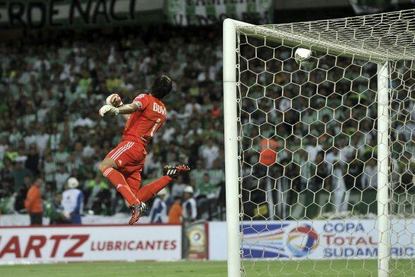 Esta no fue la única jugada en la cual River Plate se salv&oacute...
