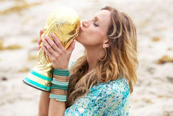 Como el equipo llevó una réplica de la Copa Mundial, Lili aprovechó para...