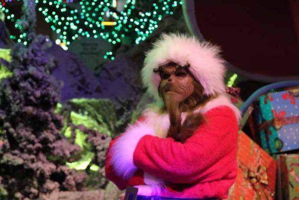 La navidad llegó a la ciudad, pero el Grinch no la quiere disfrutar,  po...