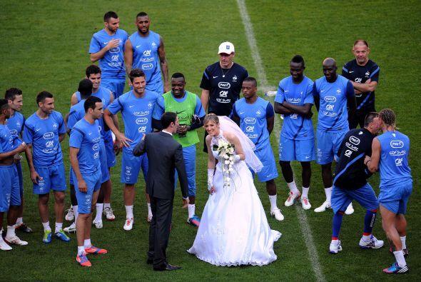 Ya se están haciendo tradicionales las bodas dentro de un campo de fútbol.