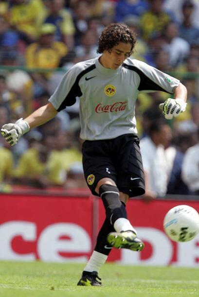 El arquero mexicano quien tuvo un gran Mundial en Brasil, debutó...