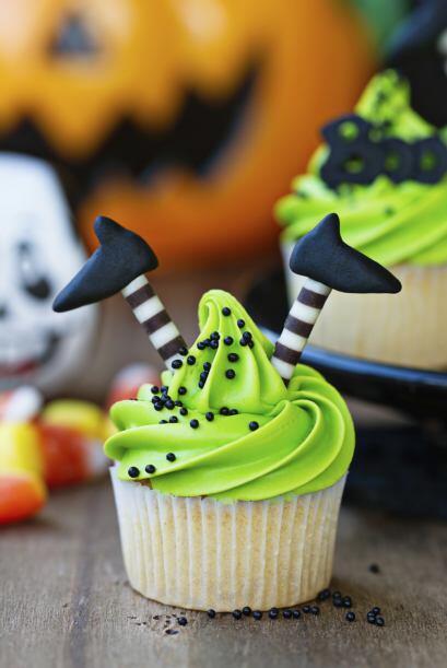 Divertidos cupcakes. Prepara tu receta favorita, y añade ¡u...