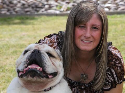 Melanie Morley y su perrito Menace viven en Stockport en el Reino Unido.