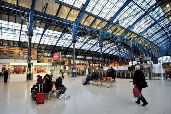 Al menos 130 vuelos fueron cancelados este lunes en el aeropuerto londin...