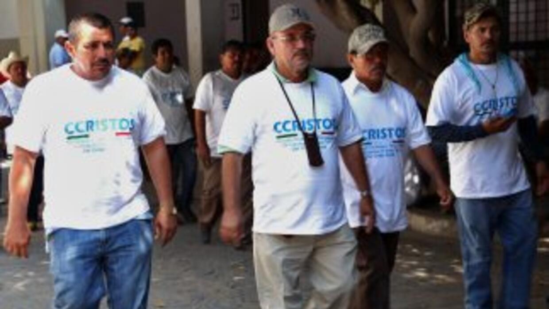Miembros de las autodefensas a su llegada a Apatzingán.