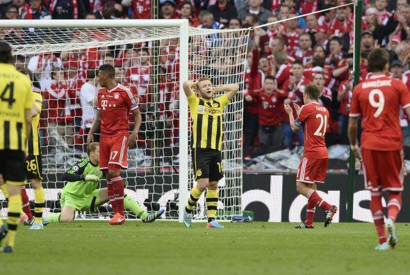 Borussia probó varias de lejo y también en jugada. Neuer f...