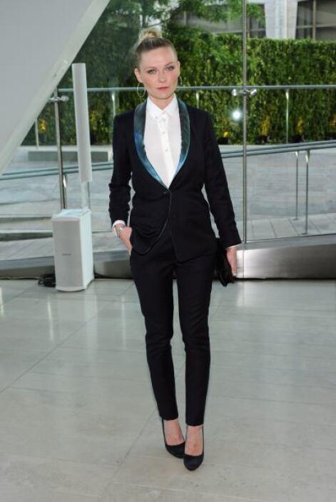 Kirsten Dunts prefirió la elegancia de un 'smoking' muy entallado y cuya...