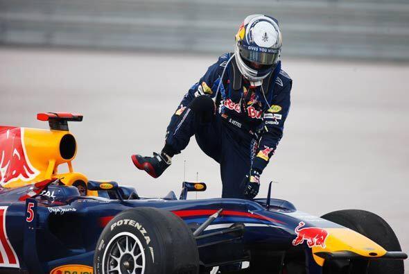 Vettel, que marchaba en segundo puesto, tuvo que abandonar por los daños...