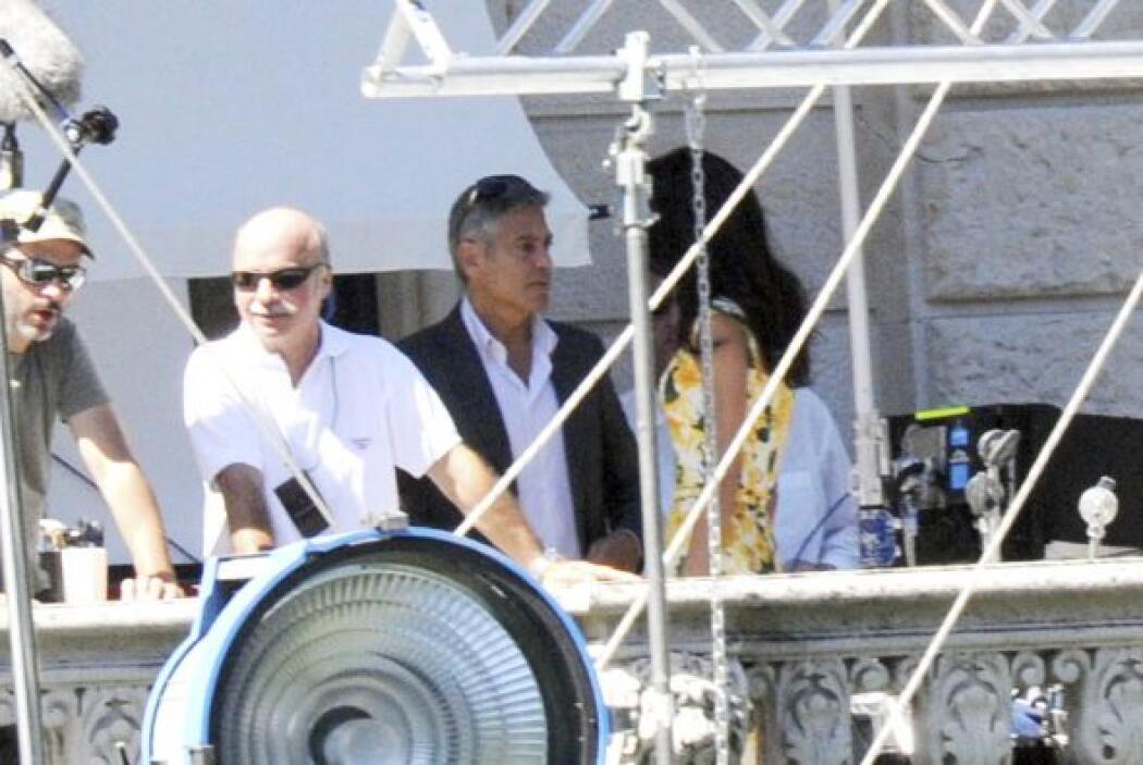 La futura esposa de Clooney eligió un vestido floreado en color amarillo...