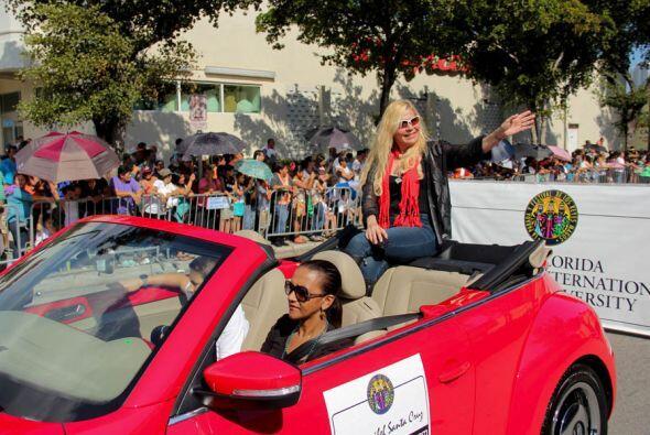 La Dra. Maribel Santa Cruz en persona saluda a toda la gente que llegaro...