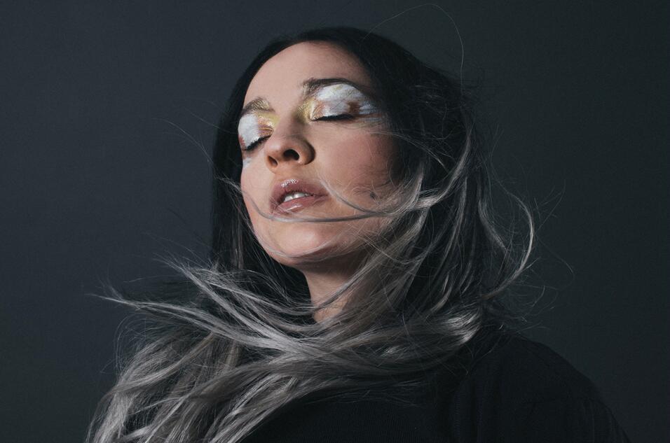 La cantante mexicana explora un sonido más electrónico en 'Amor Supremo'.