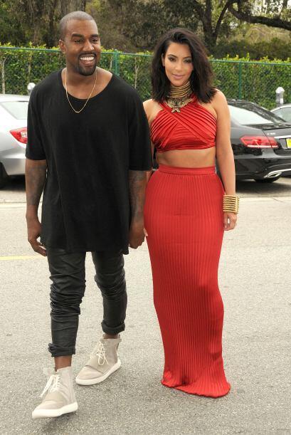 Se nota que Kanye está muy feliz con la figura de su esposa.