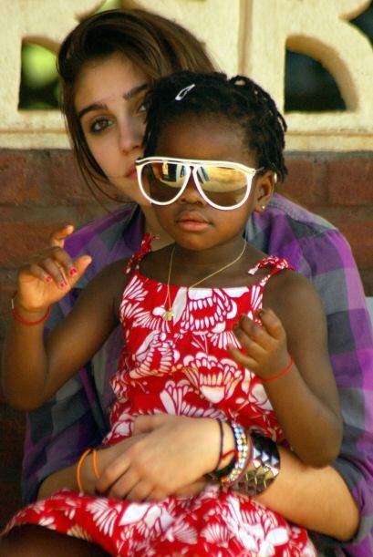 En 2010, junto a su hermana mayor Lourdes. Mira aquí los videos m...