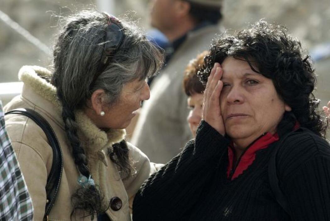 Desde el día del derrumbe, familiares de mineros se congregaron en las i...