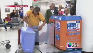 Guerra por la envoltura de plástico de las maletas