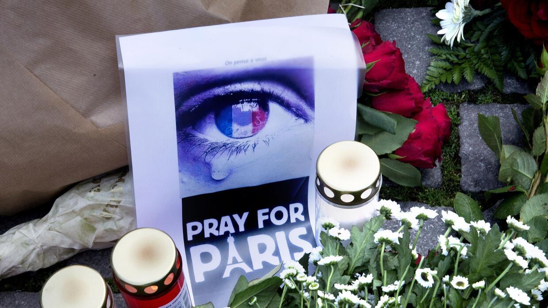 Ofrendas florales en calles de París en recuerdo de víctimas