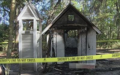 Incendio consume la iglesia más pequeña de EEUU