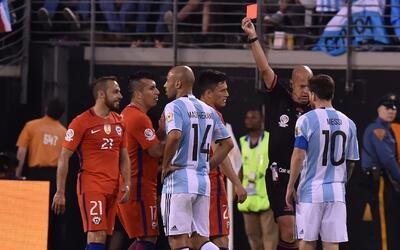 Argentina vs Chile, un primer tiempo entre amonestaciones y expulsiones