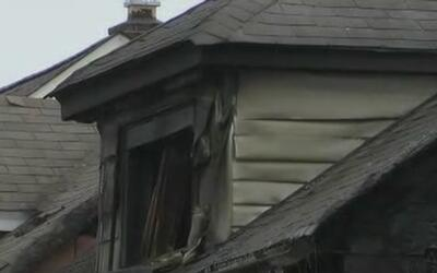 Voraz incendio en una vivienda doble de Queens deja 5 víctimas mortales