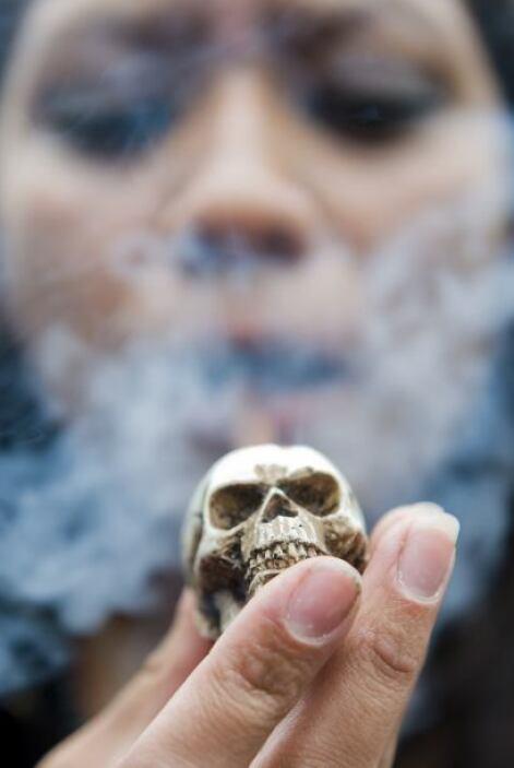 En  un lugar de la Ciudad de México sacaron sus pipas y empezaron a fuma...