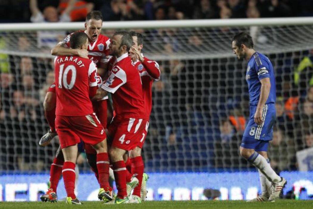 Todo el plantel del QPR corrió a felicitar al héroe del juego.