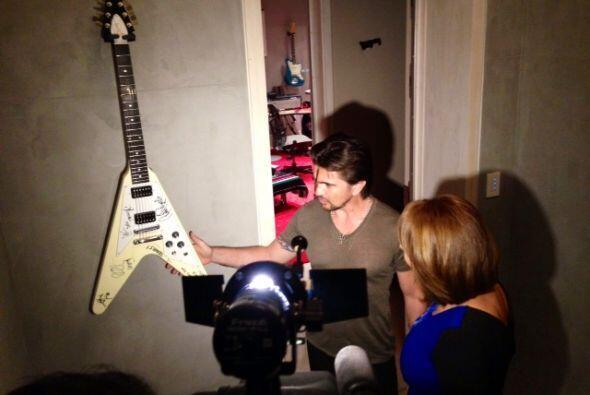 Ya entrados en confianza, Juanes mostró su guitarra que le regaló el gru...
