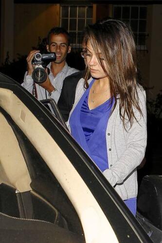 Las cámaras la persiguieron hasta su carro.  Mira aquí los videos más ch...