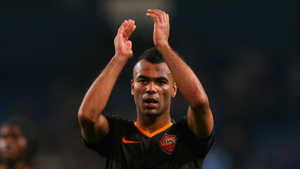 Ashley Cole saluda al público de la Roma